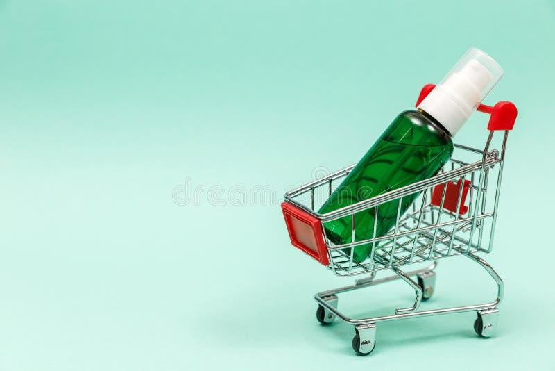 Geneesmiddelen in boodschappenwagentje op blauwe achtergrond stock fotografie