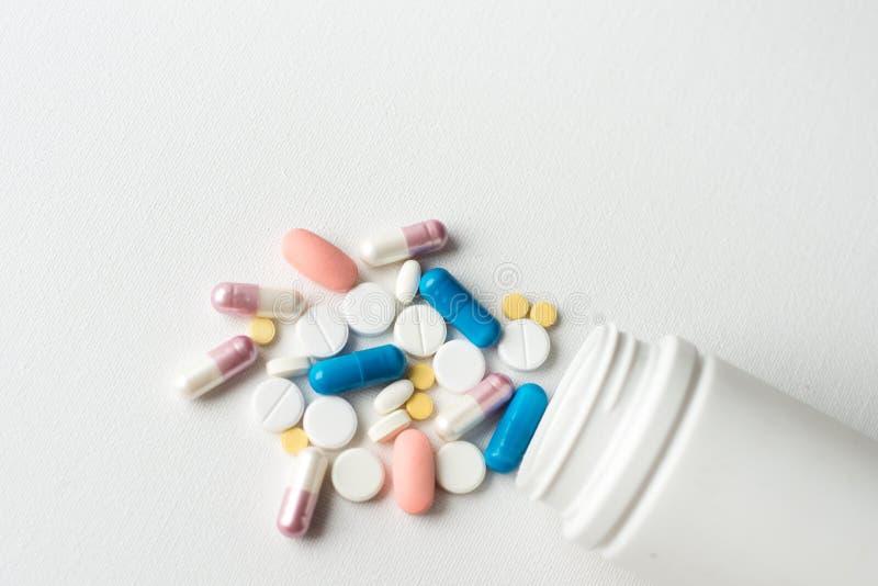 Geneesmiddelen de macro van de de pillengezondheid van pillenvitaminen op witte geïsoleerde achtergrond, Exemplaarruimte voor tek royalty-vrije stock afbeelding