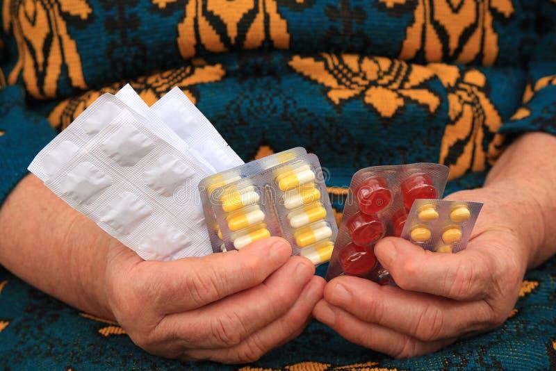 Geneesmiddelen in handen stock foto's