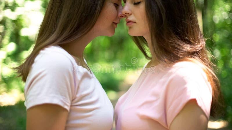 Genegenheden van lesbische minnaars die gaan kussen, zelfde-geslachtsliefde, lgbt rechten stock foto
