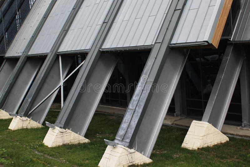 Geneigde de metaalbouw steun op een concrete basis stock foto