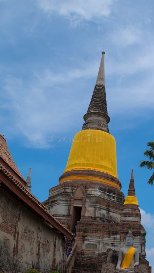 Geneigde oude tempel in Ayuddhaya, Thailand stock afbeelding