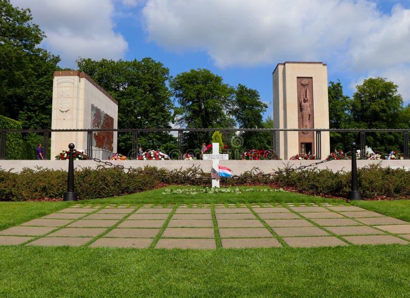 Generała Patton's grób z flagami dla Memorial Day zdjęcia royalty free