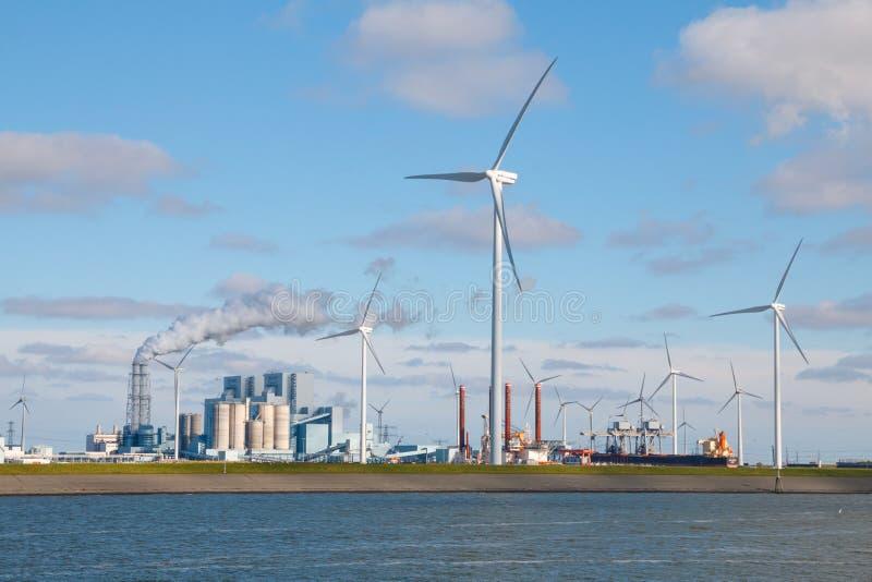 Generación de corriente eléctrica de los combustibles fósiles y de la energía eólica imágenes de archivo libres de regalías