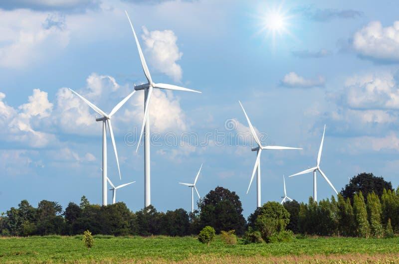 Generador de poder de la turbina de viento en el cielo azul fotos de archivo