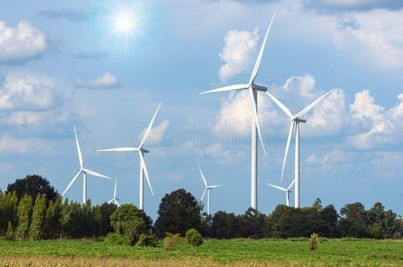 Generador de poder de la turbina de viento en el cielo azul imagen de archivo libre de regalías