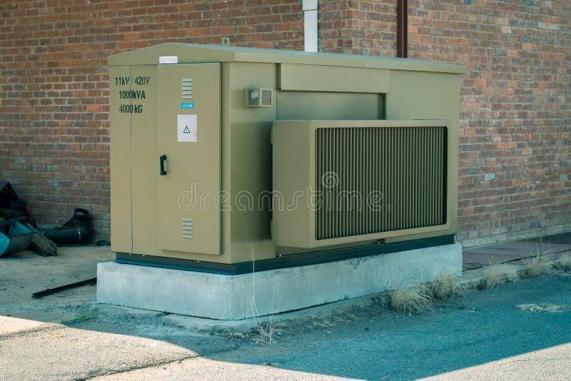 Generador de poder verde fuera del edificio de ladrillo fotos de archivo libres de regalías