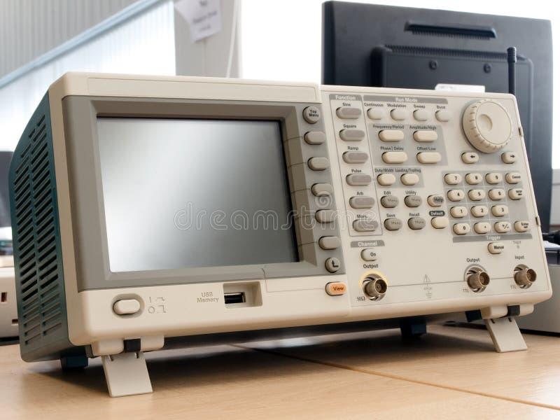 Generador de señal moderno en un laboratorio de investigación foto de archivo libre de regalías