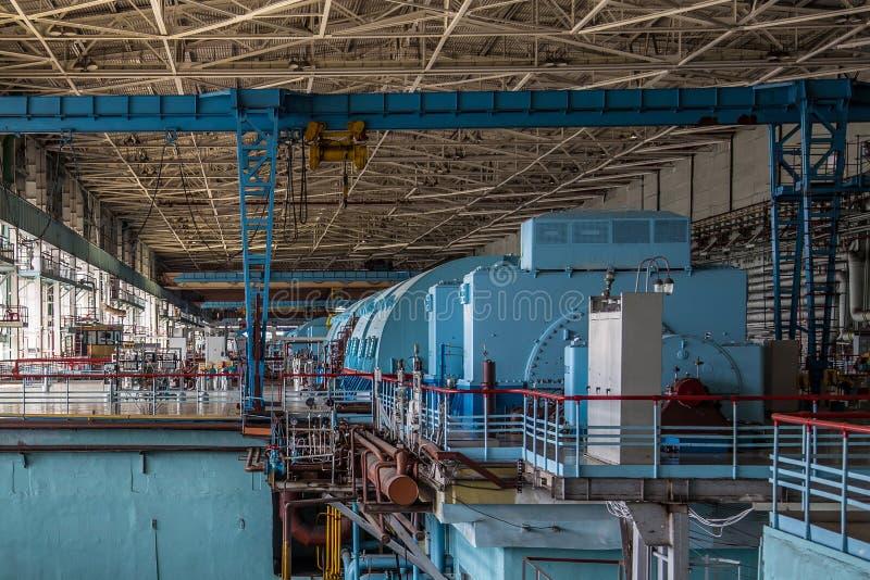 Generador de turbina en el cuarto de la maquinaria de la central nuclear imagenes de archivo