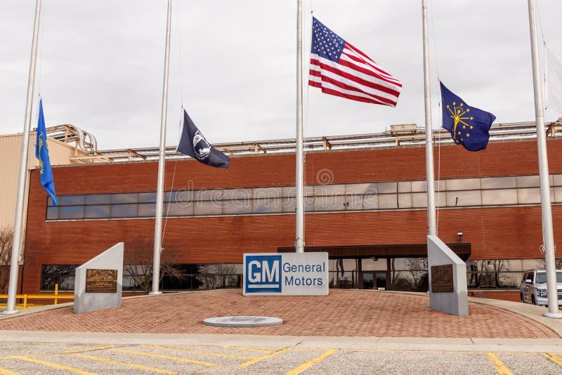 General Motors logo och Signage med amerikanska flaggan på metallen som fabricerar uppdelning GM öppnade denna växt i 1956 I arkivbilder