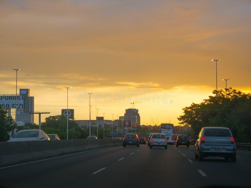 General Paz Avenue en el capital de Buenos Aires en la puesta del sol foto de archivo libre de regalías