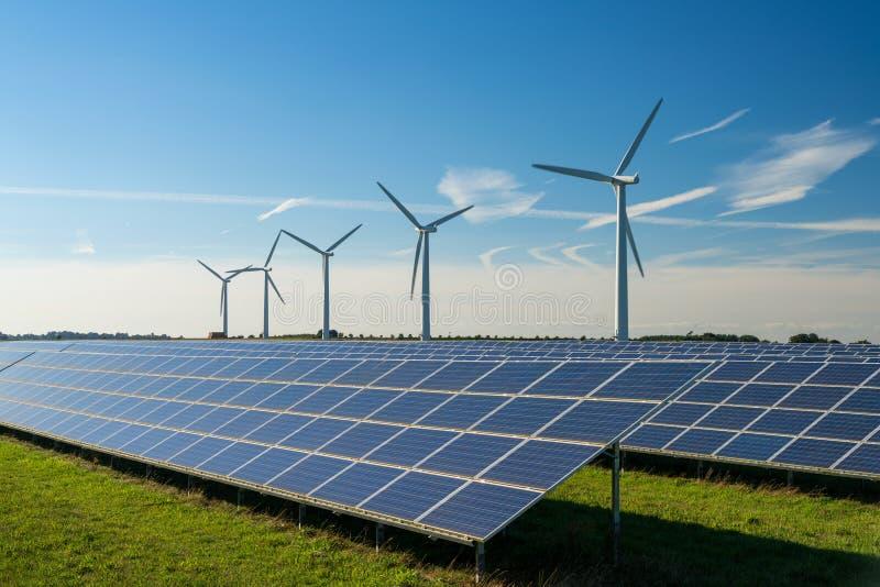 Generaters för energi för vindturbin på vindlantgård royaltyfri fotografi