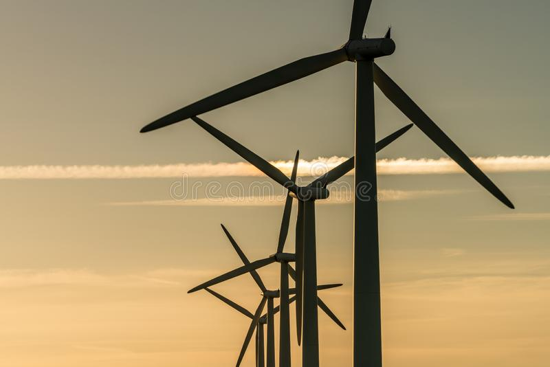 Generaters för energi för vindturbin på vindlantgård arkivbild