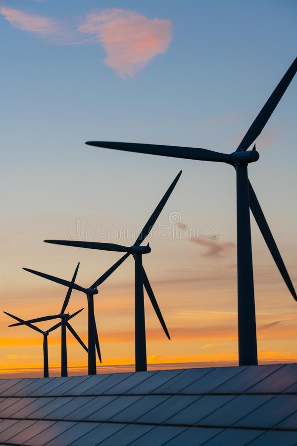 Generaters för energi för vindturbin på vindlantgård arkivfoto