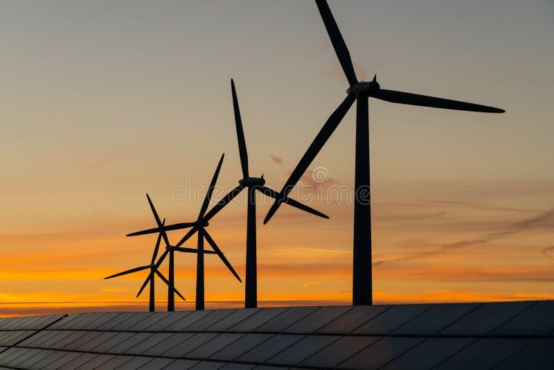 Generaters för energi för vindturbin på vindlantgård royaltyfria foton
