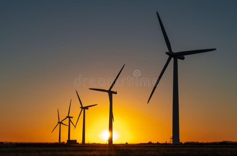 Generaters för energi för vindturbin på vindlantgård royaltyfri foto