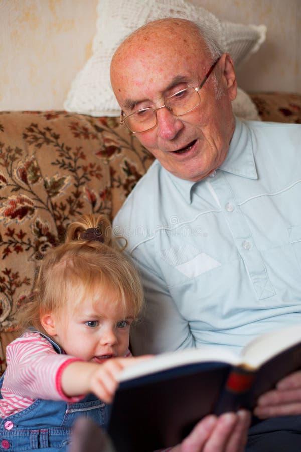 Generaties die een boek lezen stock fotografie