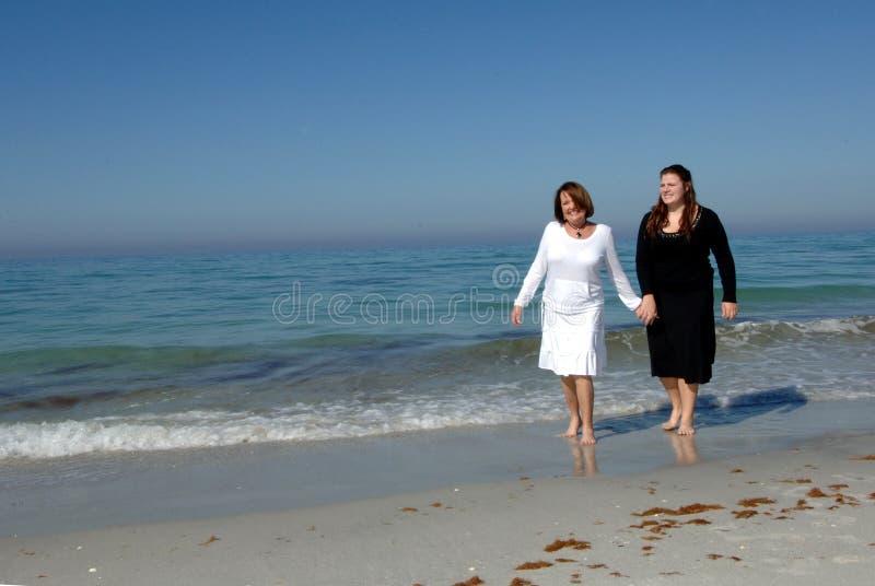 Generaties van vrouwen bij strand stock afbeeldingen