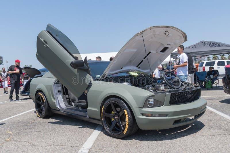 5. Generation Ford Mustangs auf Anzeige während DUB Show Tours lizenzfreie stockfotos