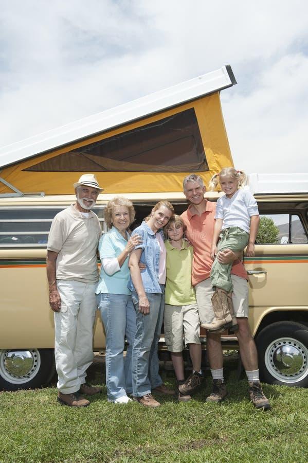 Generationsbunden familj tre med Campervan arkivbilder