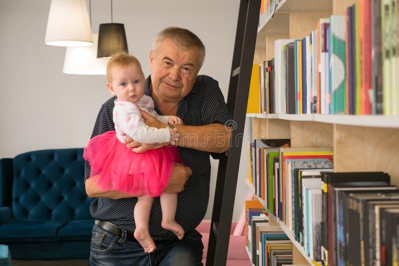 Generationskonfliktlösung Lesekonzept lizenzfreie stockbilder