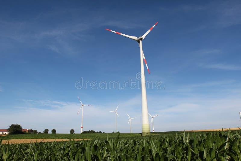 Generatore del mulino a vento nell'ampia iarda fotografie stock libere da diritti
