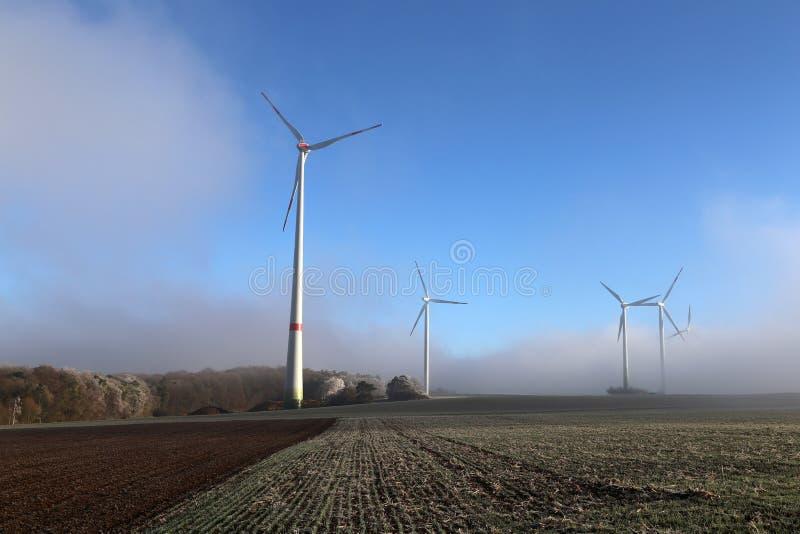 Generatore del mulino a vento nell'ampia iarda immagine stock