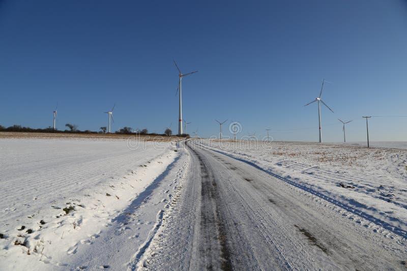 Generatore del mulino a vento nell'ampia iarda fotografia stock