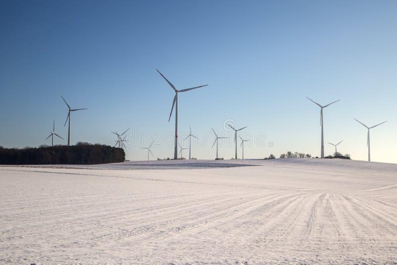 Generatore del mulino a vento nell'ampia iarda immagine stock libera da diritti