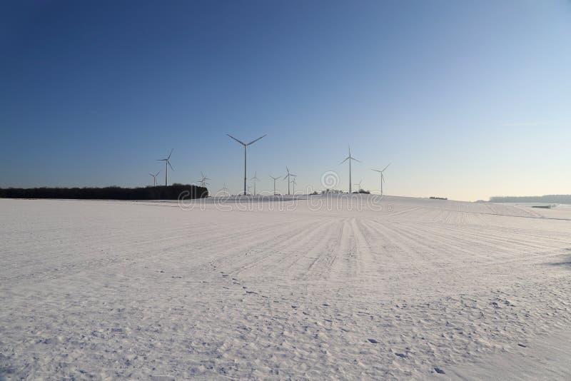 Generatore del mulino a vento nell'ampia iarda immagini stock libere da diritti