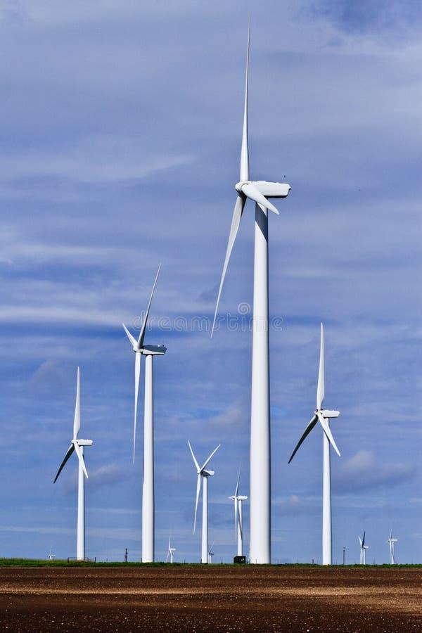 Generatore di vento sullo sbarco dell'azienda agricola nel Texas fotografia stock