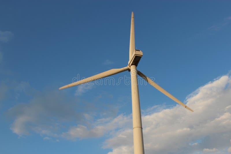 Generatore eolico contro il cielo immagini stock