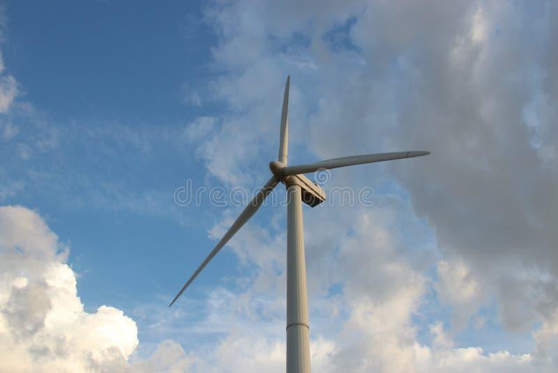 Generatore eolico contro il cielo immagine stock libera da diritti