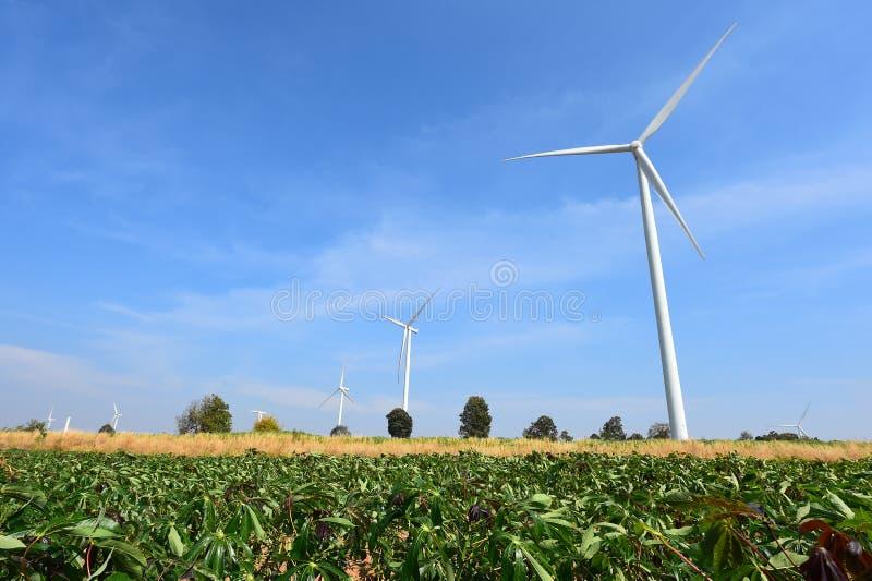 Download Generatore Eolico Contro Il Fondo Nuvoloso Del Cielo Blu Fotografia Stock - Immagine di industria, rotazione: 56879850