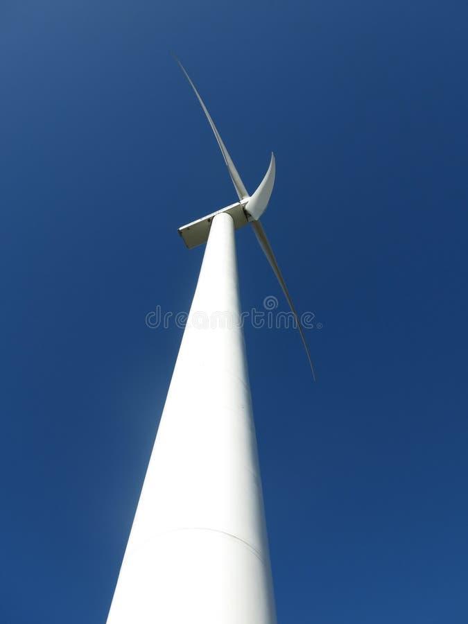 Generatore eolico enorme bianco di energia eolica fotografie stock libere da diritti