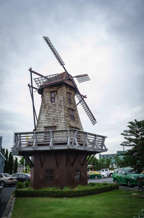 Generatore eolico nel villaggio immagine stock