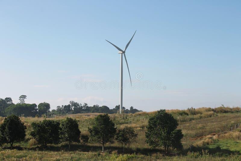 Generatore eolico producendo energia alternativa immagini stock