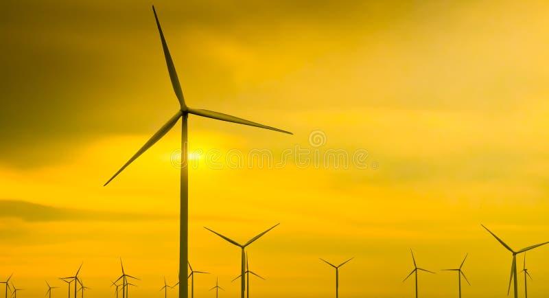 Generatore eolico sul fondo dorato del cielo fotografie stock libere da diritti