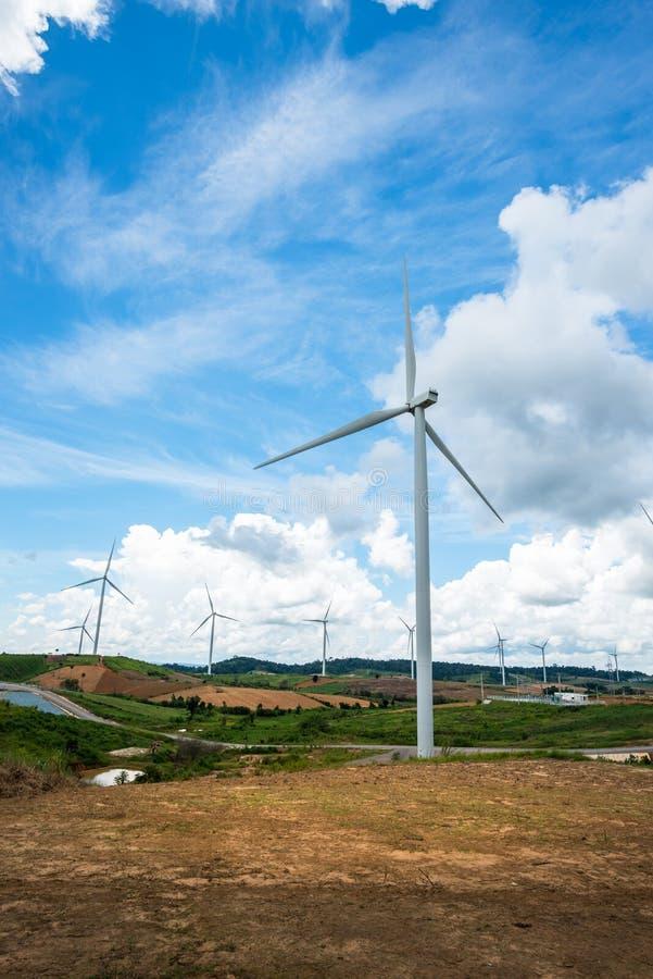 Generatorer f?r makt f?r vindturbin p? berget arkivfoto