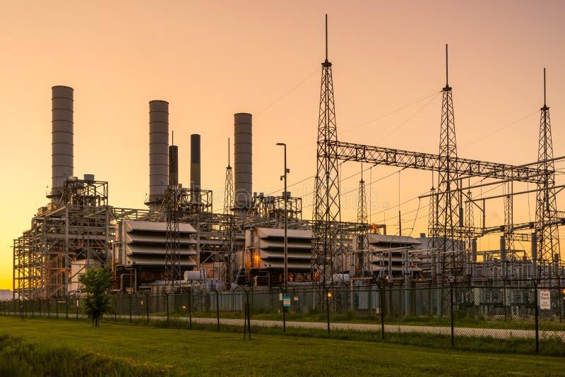 Generatori e trasformatori alla centrale elettrica immagine stock