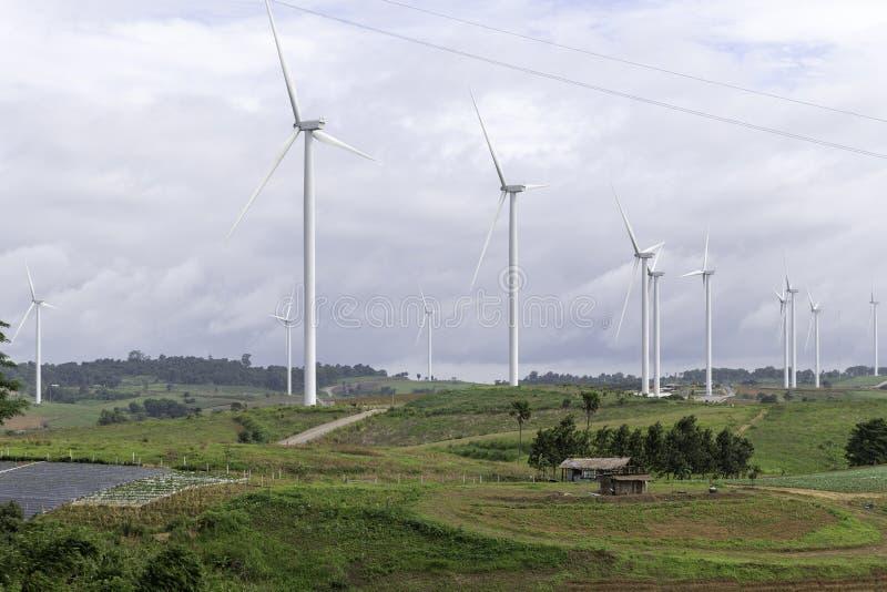 Generatori eolici che generano elettricità, paesaggio con le colline fotografie stock libere da diritti