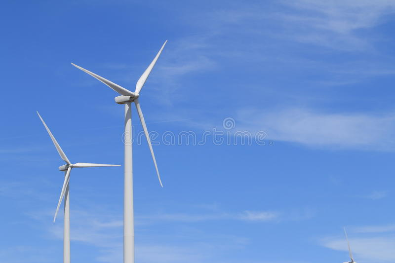 Generatori eolici con i cieli blu fotografie stock libere da diritti