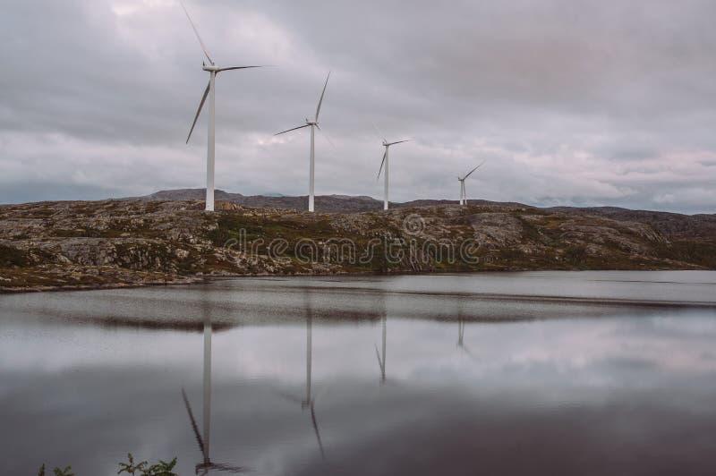Generatori eolici di Electricuty sulle montagne fotografia stock