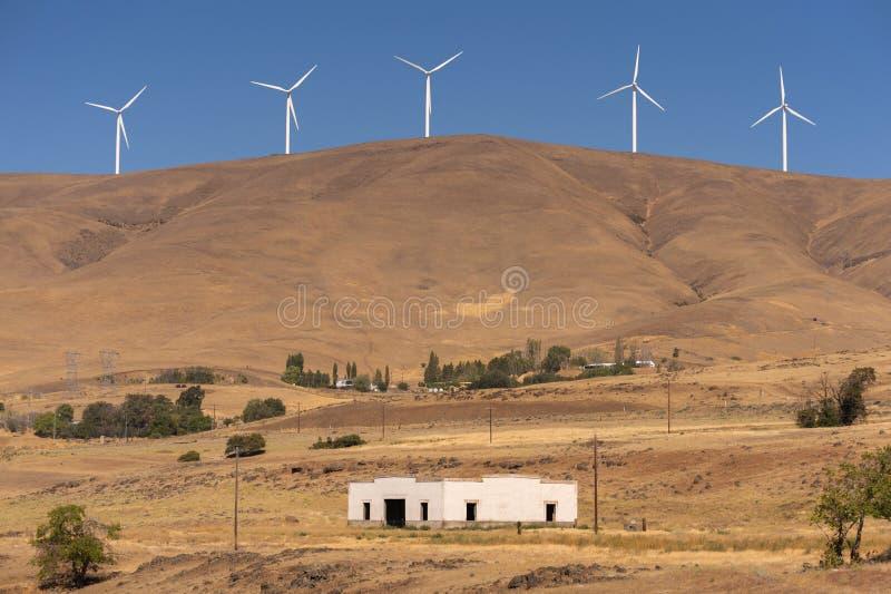 Generatori eolici e vecchia costruzione fotografie stock