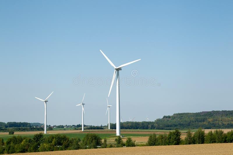 Generatori eolici nel paesaggio collinoso immagine stock