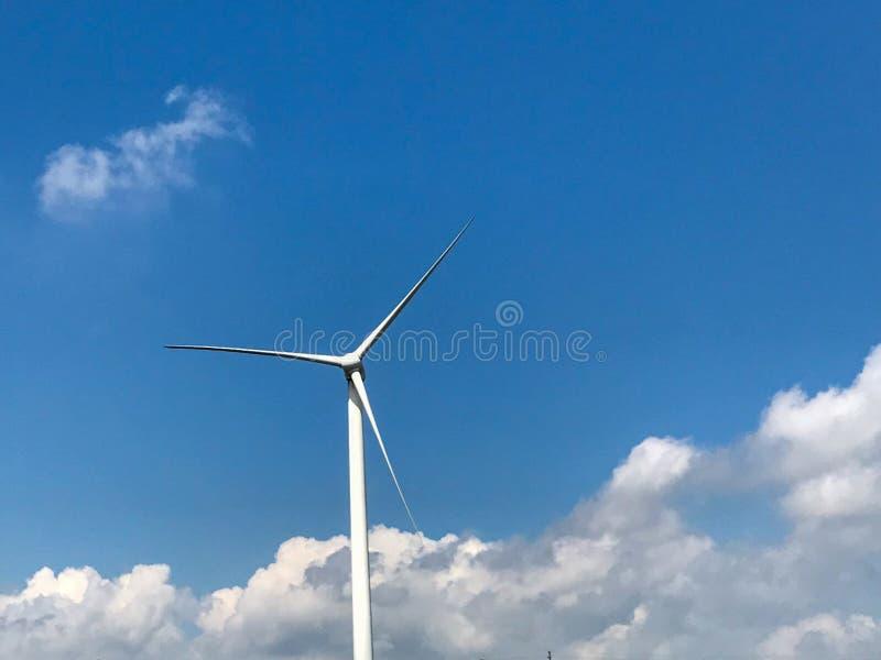 Generatori eolici sotto cielo blu e le nuvole bianche fotografia stock libera da diritti