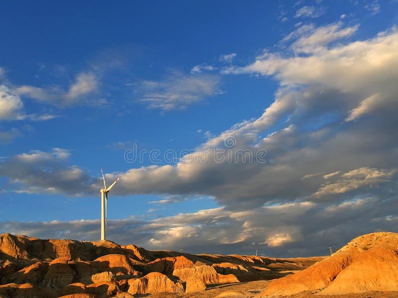 Generatori eolici variopinti del cielo blu della collina immagine stock libera da diritti