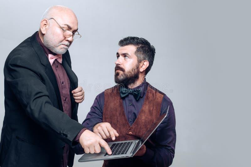 generatywny Pełnoletnia edukacja Nauczanie online: syn i starszy ojciec Wyjaśnia dlaczego używać laptop Starszy mister i młodzi c obraz royalty free