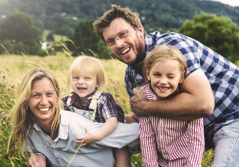 Generazioni della famiglia che Parenting concetto della natura del campo di unità immagini stock libere da diritti