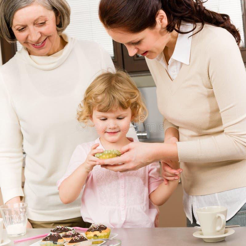 Generazioni delle donne intorno ai biscotti del bigné fotografia stock libera da diritti